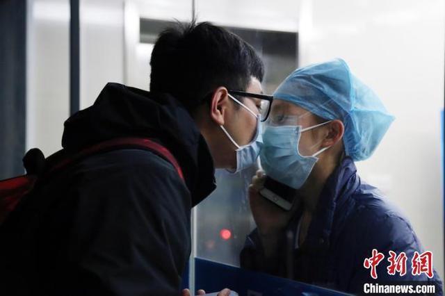 Rơi nước mắt trước chuyện tình các y bác sĩ giữa tâm dịch Vũ Hán - Ảnh 1.