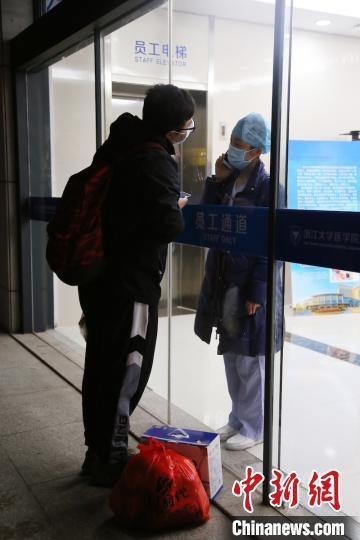 Rơi nước mắt trước chuyện tình các y bác sĩ giữa tâm dịch Vũ Hán - Ảnh 2.