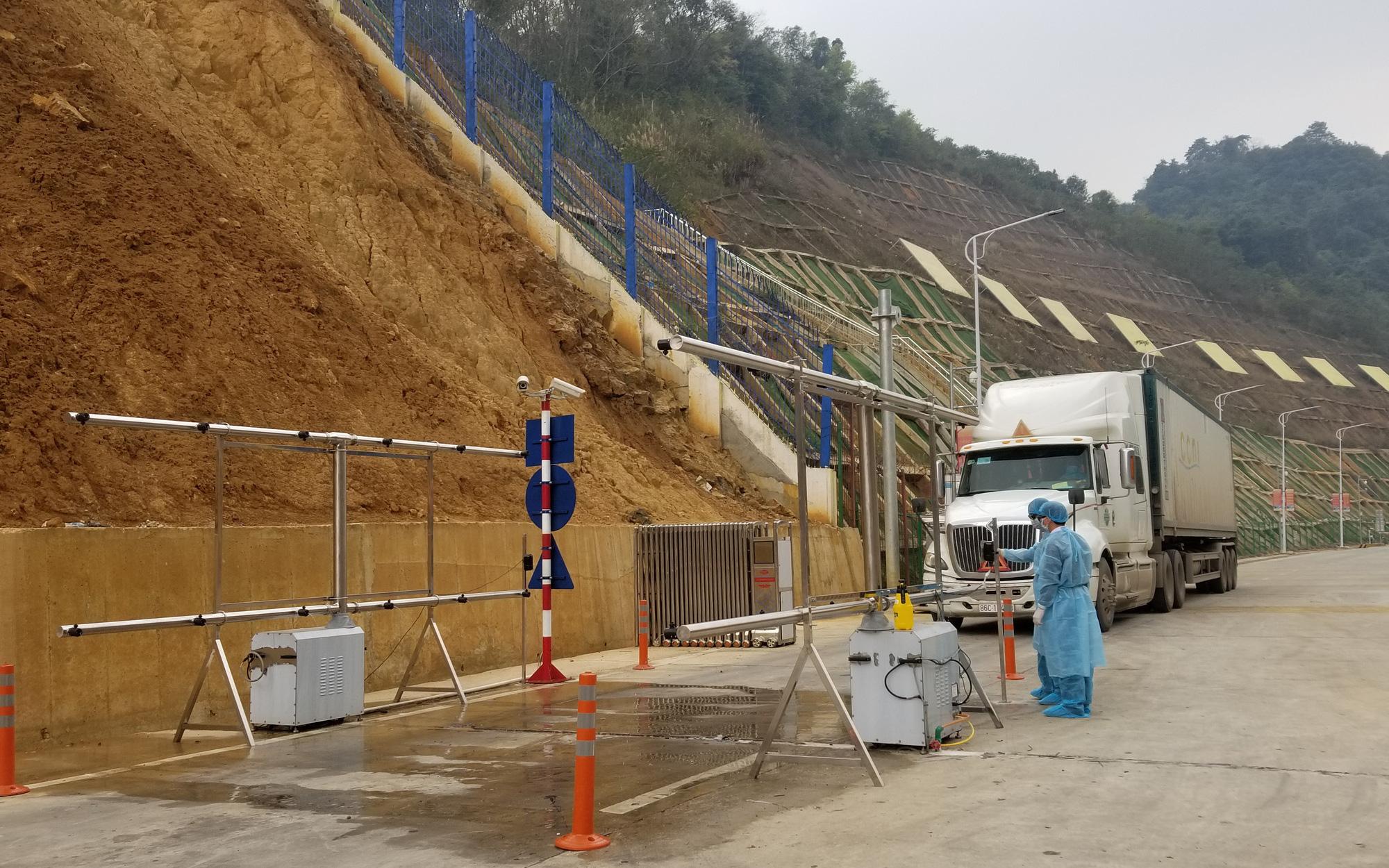 Thông quan 11 xe thanh long qua cửa khẩu Tân Thanh