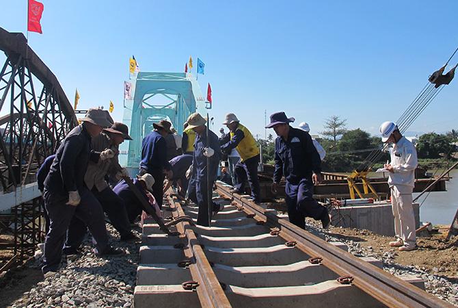 Doanh nghiệp đường sắt vay nợ để trả lương công nhân - Ảnh 1.