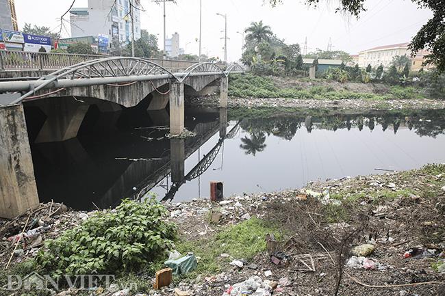 Sông Nhuệ bị bức tử bởi rác - Ảnh 1.