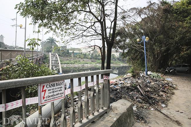 Sông Nhuệ bị bức tử bởi rác - Ảnh 2.