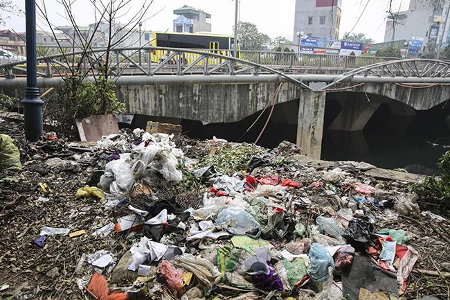 Sông Nhuệ bị bức tử bởi rác - Ảnh 3.