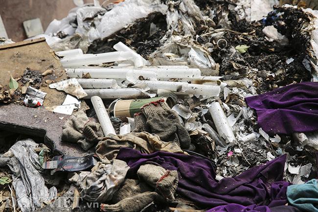 Sông Nhuệ bị bức tử bởi rác - Ảnh 4.