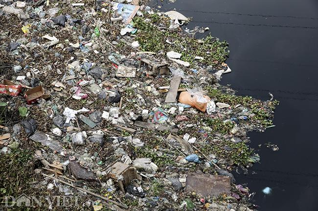 Sông Nhuệ bị bức tử bởi rác - Ảnh 7.