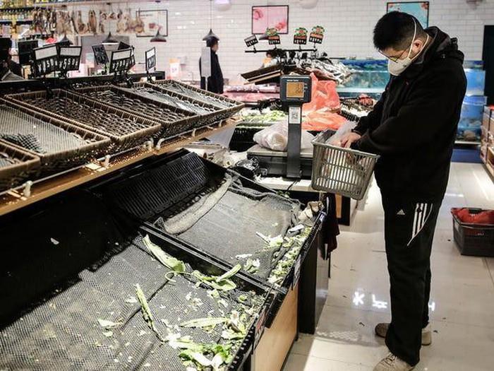 Hàng hóa siêu thị Vũ Hán trống trơn giữa 'tâm dịch' virus corona - Ảnh 1.