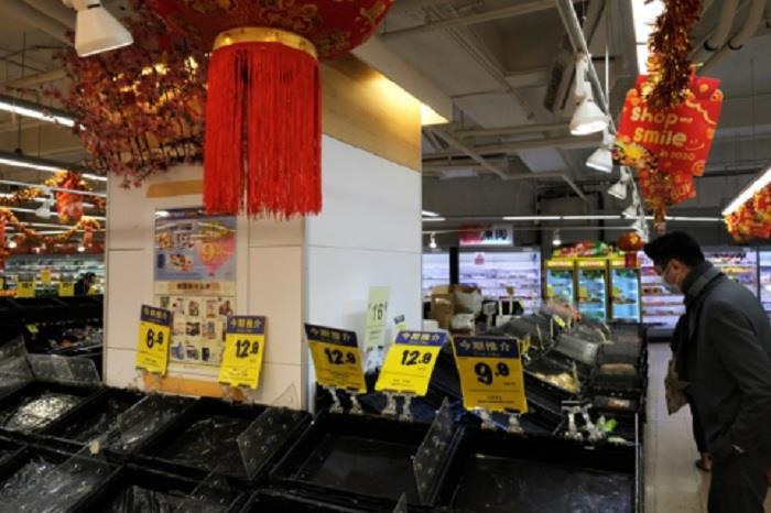 Hàng hóa siêu thị Vũ Hán trống trơn giữa 'tâm dịch' virus corona - Ảnh 3.