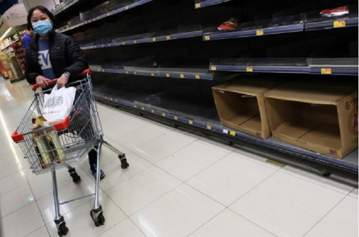 Hàng hóa siêu thị Vũ Hán trống trơn giữa 'tâm dịch' virus corona - Ảnh 5.