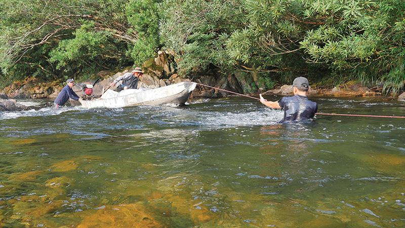Ăn cá suối nướng, ngắm những hòn đá kỳ dị ở sông Thác Ma - Ảnh 1.