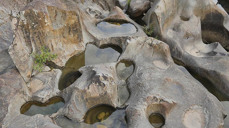 Ăn cá suối nướng, ngắm những hòn đá kỳ dị ở sông Thác Ma - Ảnh 2.