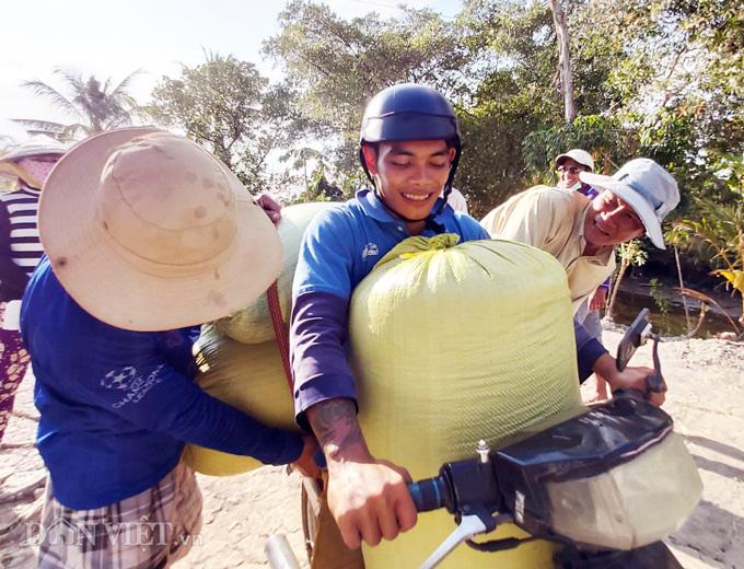Cà Mau: Kênh nứt nẻ phải thuê xe máy chở lúa đi bán, dân méo mặt - Ảnh 7.