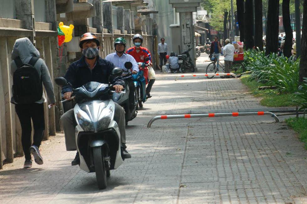 Phải xứ lý mạnh tay tình trạng xe gắn máy leo vỉa hè - Ảnh 1.