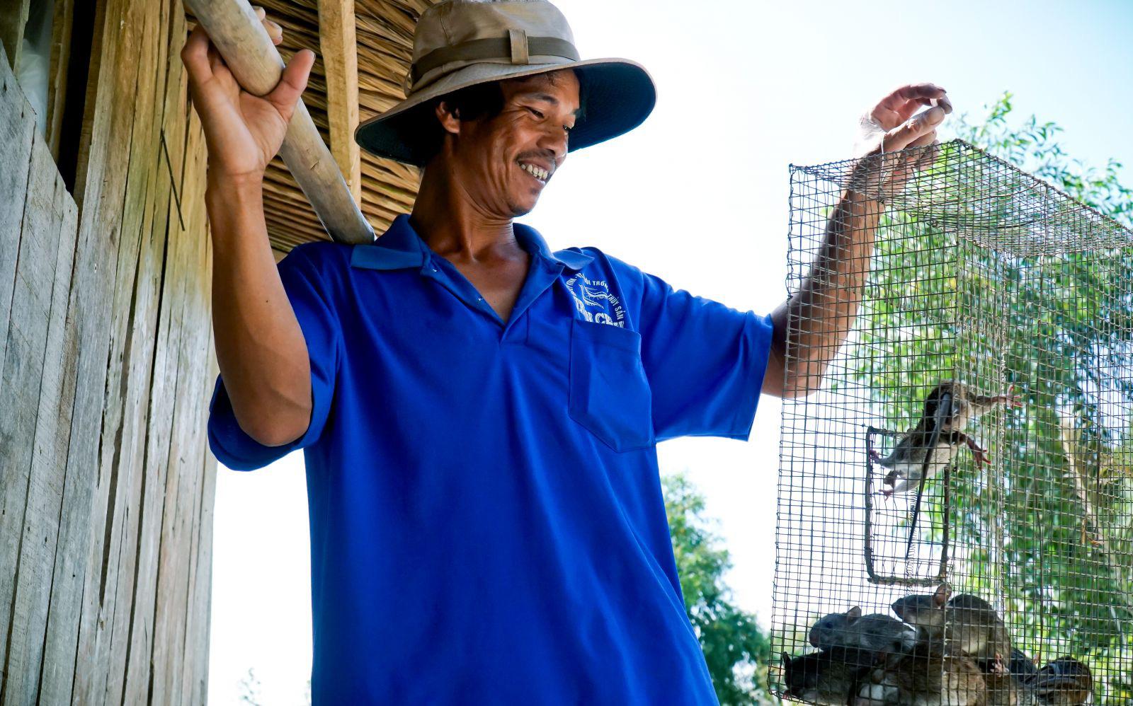 """Theo chân cha con anh Chuột săn bắt chuột trên """"Đồng Chó Ngáp"""" - Ảnh 4."""