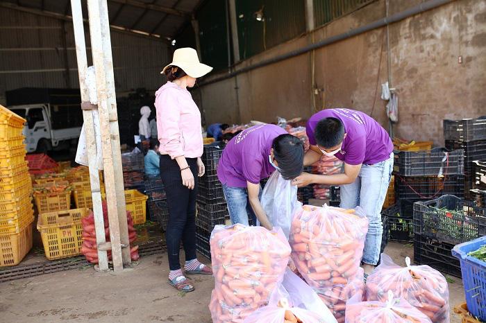 Lâm Đồng: Chở 4 tấn rau, củ về vùng dịch Covid-19 Văn Lâm 3 - Ảnh 4.