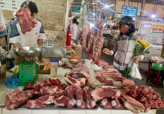 """Giá heo hơi hôm nay 26/3: Thịt lợn bày bán nhiều, vẫn neo giá cao """"bất hợp lý"""" - Ảnh 1."""