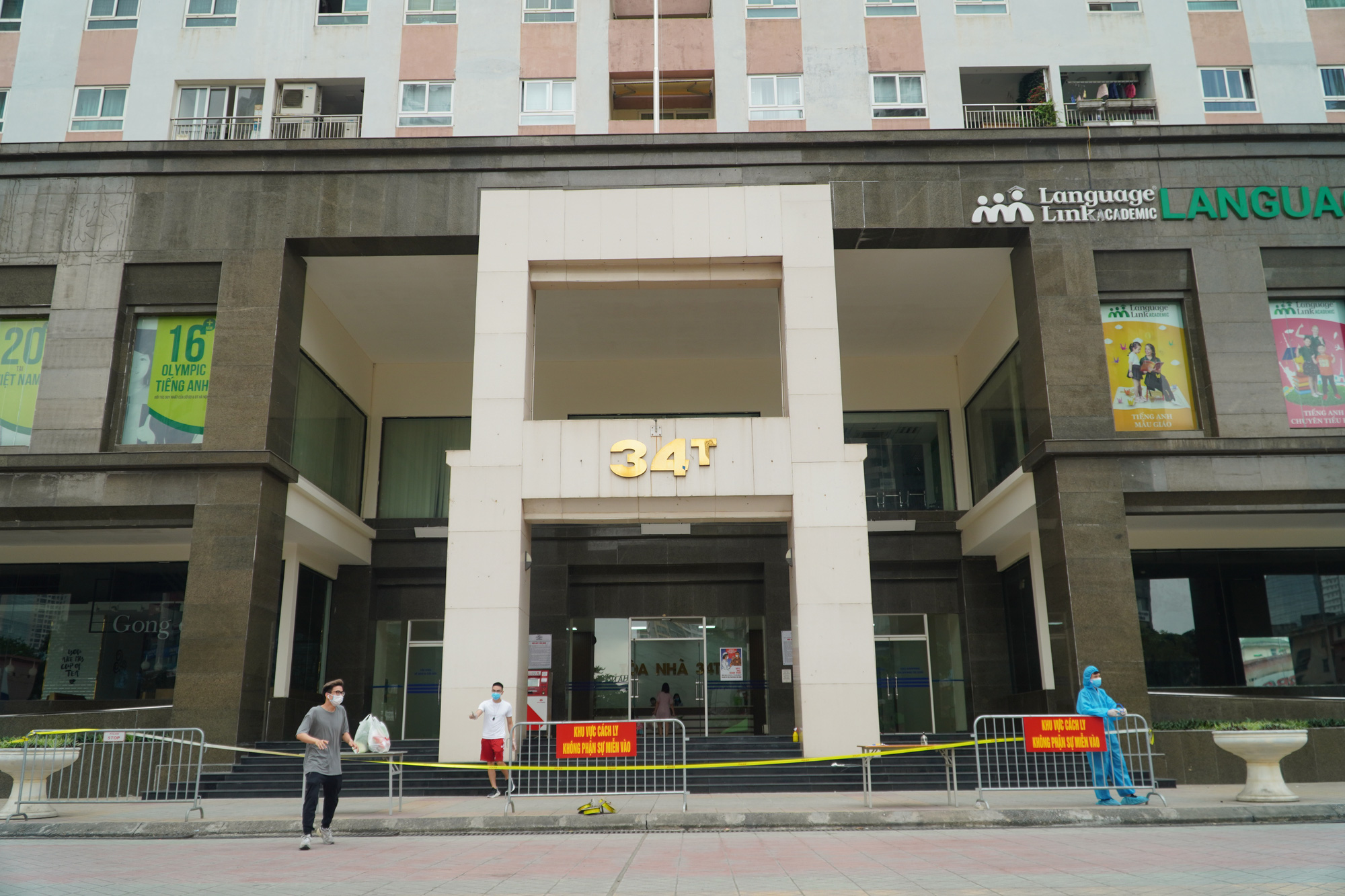 Phun khử trùng, tiếp tế đồ ăn tại tòa nhà 34T Hoàng Đạo Thúy - Ảnh 1.