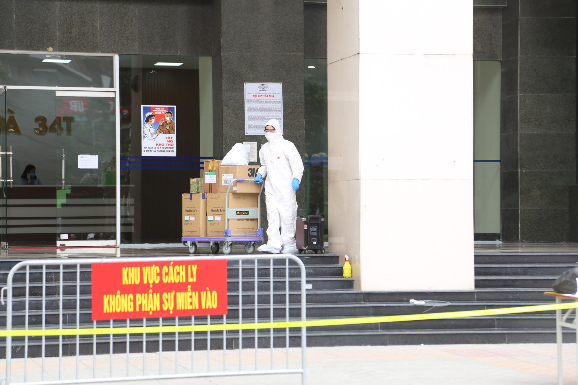 Phun khử trùng, tiếp tế đồ ăn tại tòa nhà 34T Hoàng Đạo Thúy - Ảnh 14.