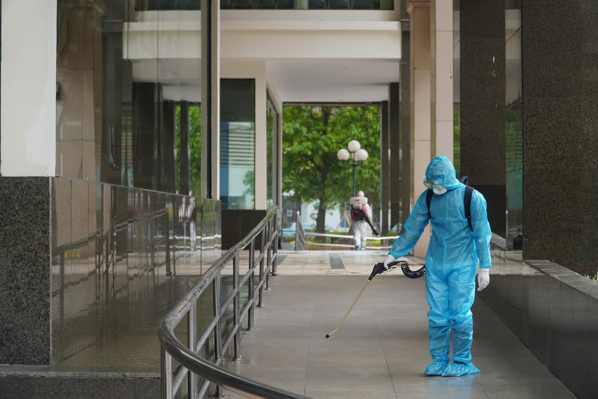Phun khử trùng, tiếp tế đồ ăn tại tòa nhà 34T Hoàng Đạo Thúy - Ảnh 8.