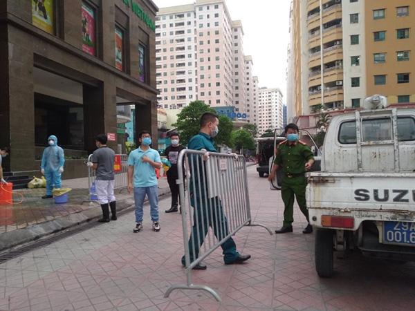 Tháo rào chắn trước tòa nhà 34T Hoàng Đạo Thúy, chỉ cách ly một tầng - Ảnh 15.