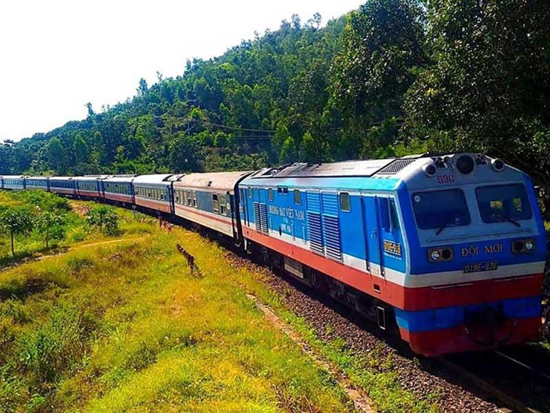 Siết vận tải, đường sắt Bắc - Nam chỉ còn 2 chuyến/ngày - Ảnh 1.