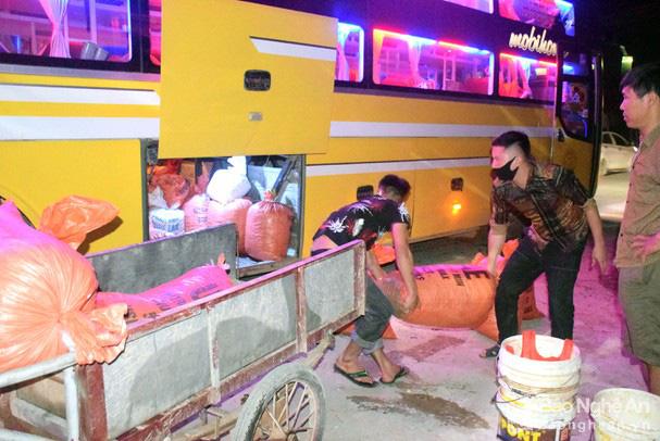 Nườm nượp đi săn cua đồng béo ngon bán ra Hà Nội, đêm nào cũng có tiền  - Ảnh 4.