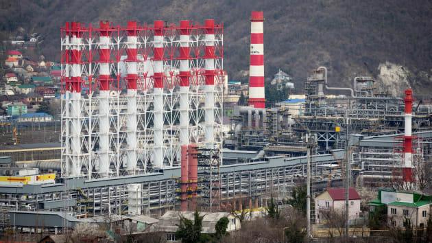 Giá dầu thủng mốc 20 USD, chuyên gia ước tính nhu cầu dầu giảm 20 triệu thùng/ ngày - Ảnh 1.