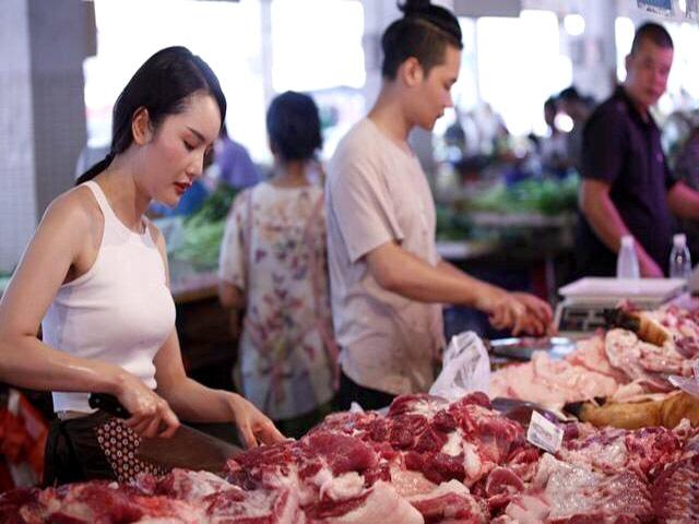 """Giá thịt lợn """"ngất ngưởng"""" hơn 200.000 đồng/kg, tiểu thương """"khóc ròng"""""""