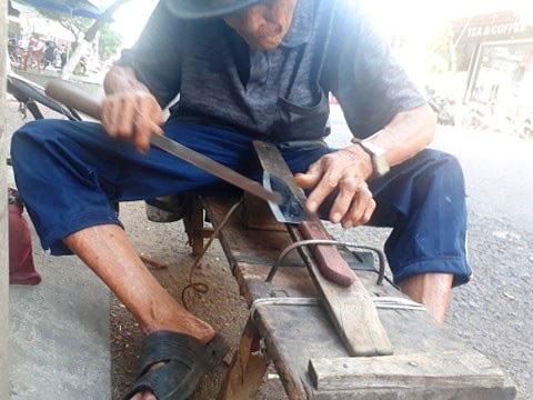 Nghề lạ: Lang thang ngoài đường tìm dao kéo để làm điều này - Ảnh 4.