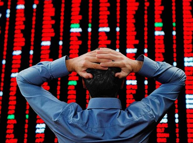 VN-Index giảm mạnh nhất 18 năm, hàng loạt cổ phiếu lớn giảm sàn - Ảnh 1.