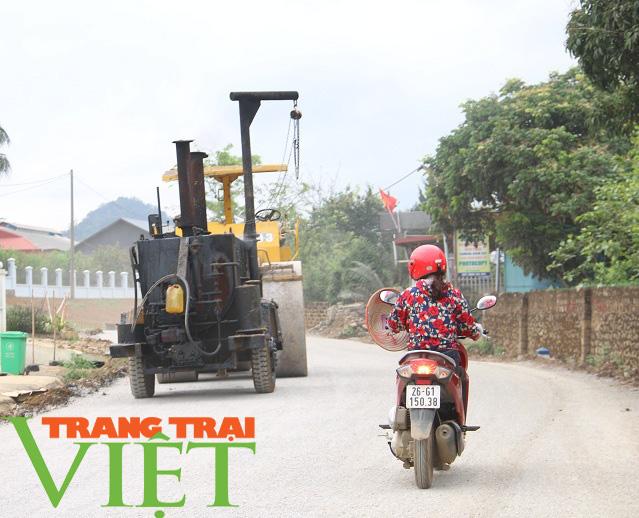 Người dân Yên Châu góp công, hiến đất xây dựng nông thôn mới - Ảnh 2.