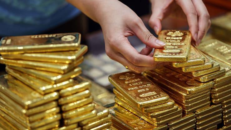 Giá vàng hôm nay 16/4 giảm khi nhà đầu tư bán ra chốt lời - Ảnh 1.