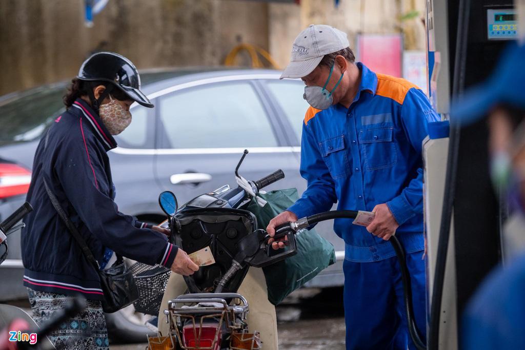 Giá dầu Mỹ về âm, giá xăng trong nước sẽ giảm sốc? - Ảnh 1.