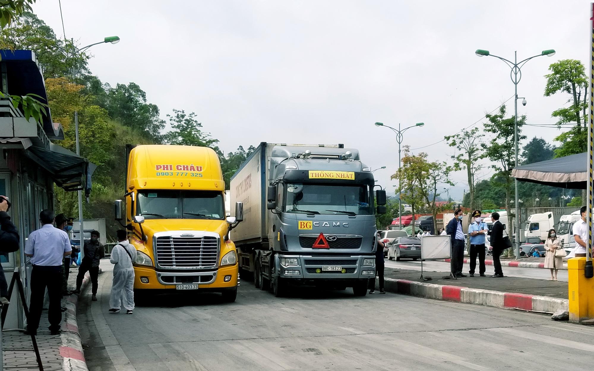 Trung Quốc gắn biển số xe điện tử tất cả các xe ra vào Hữu Nghị Quan từ 1/5
