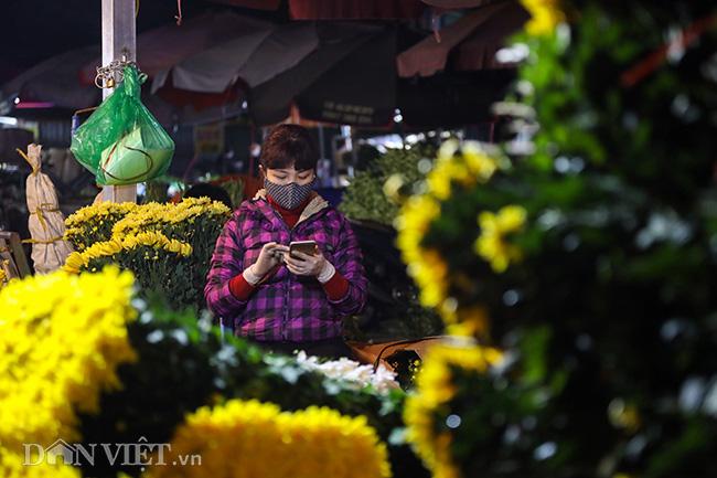 Chợ hoa lớn nhất miền Bắc ế ẩm, người bán buồn bã co ro vì lạnh - Ảnh 12.