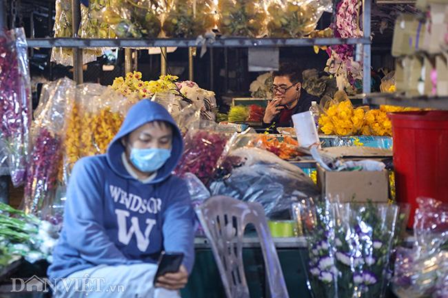 Chợ hoa lớn nhất miền Bắc ế ẩm, người bán buồn bã co ro vì lạnh - Ảnh 13.