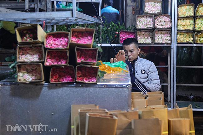 Chợ hoa lớn nhất miền Bắc ế ẩm, người bán buồn bã co ro vì lạnh - Ảnh 7.