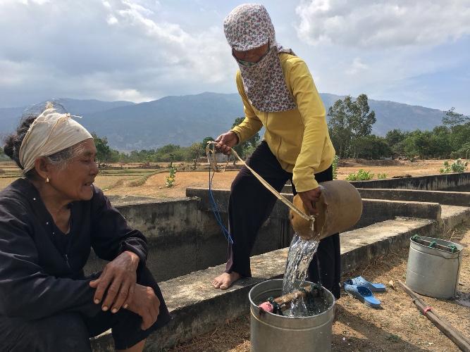 Ninh Thuận: Nắng như rang, dân khổ sở tìm nước uống cho dê, bò - Ảnh 3.