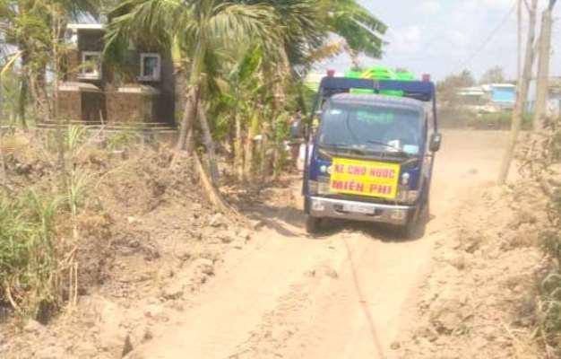 Hạn mặn khốc liệt, doanh nghiệp vượt 80km mang nước ngọt cho dân - Ảnh 1.