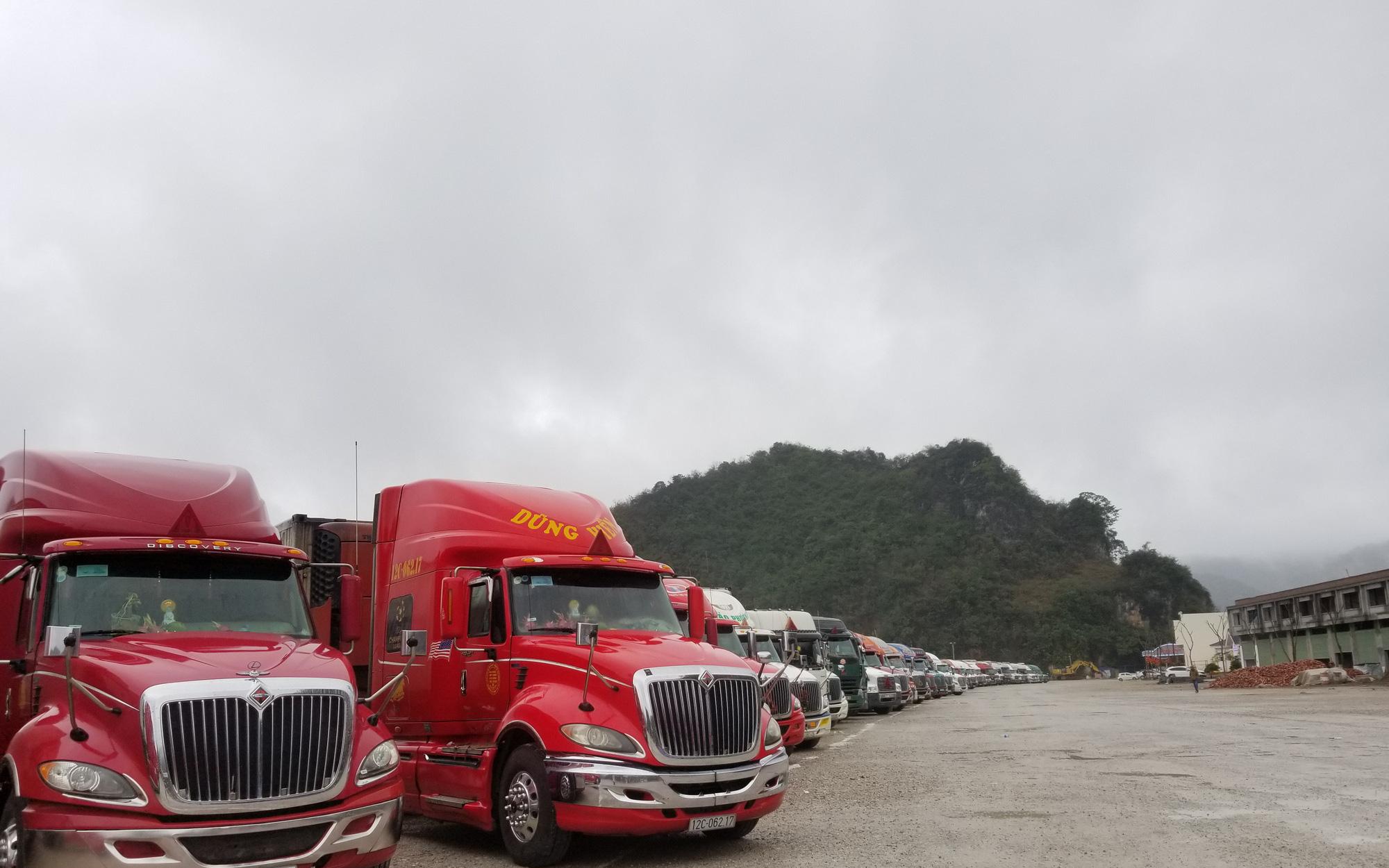 Hàng hóa ùn ùn lên cửa khẩu, chỉ xuất được 300 - 350 xe/ngày