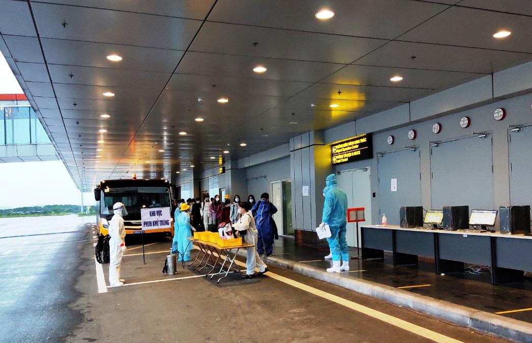 Sân bay Vân Đồn đón chuyến bay thứ 39 trở về từ vùng dịch - Ảnh 2.