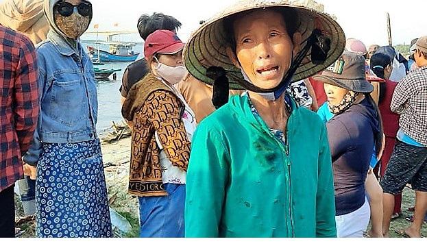 Vụ chìm ghe 5 người chết: Nước mắt của những người ở lại - Ảnh 2.