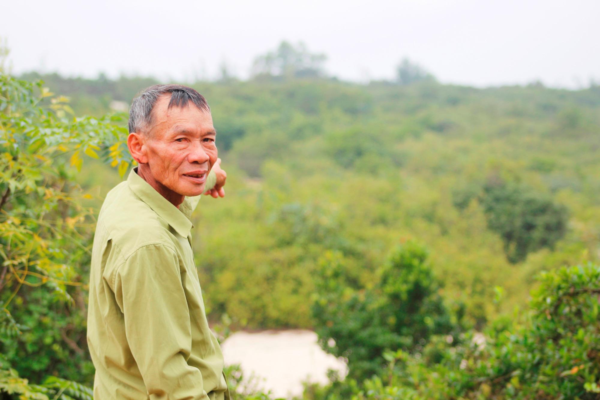 Ông Dương Minh Huy hơn 30 năm làm công tác bảo vệ rừng trâm bầu cổ thụ. Ảnh: PV