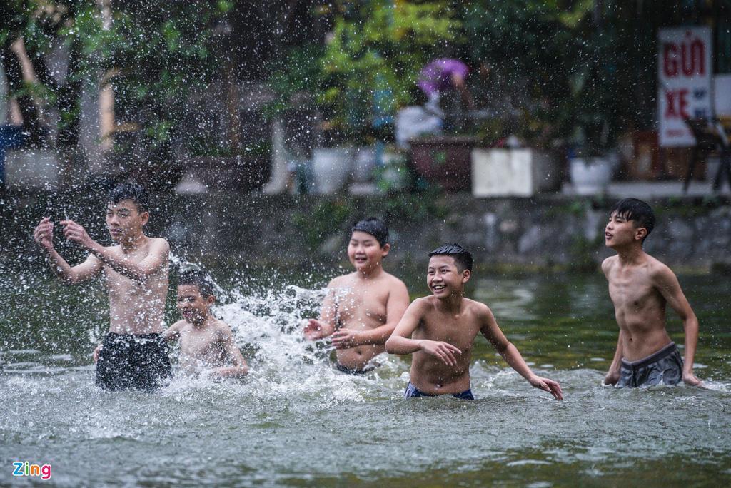 Giải nhiệt ngày nắng 38 độ ở ao tắm nghìn năm tuổi - Ảnh 3.