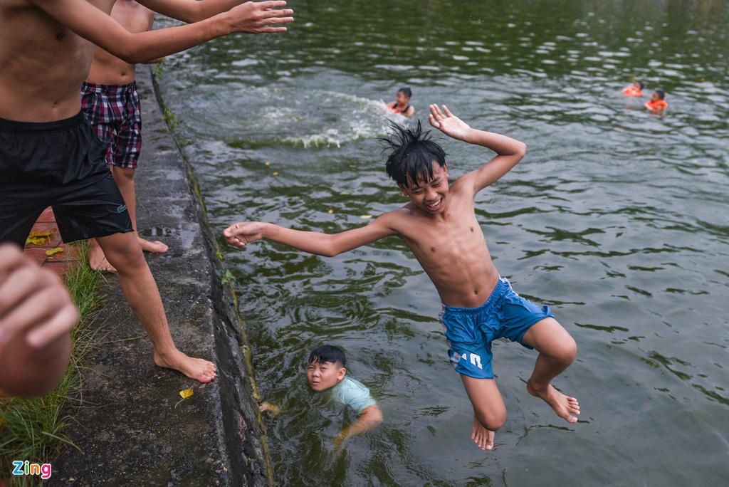 Giải nhiệt ngày nắng 38 độ ở ao tắm nghìn năm tuổi - Ảnh 11.