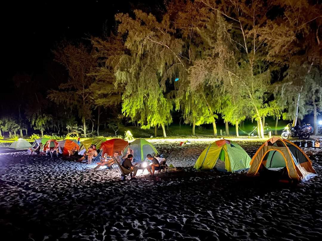 Nhiều khách du lịch chọn hình thức du lịch tự túc, vừa tiết kiệm tiền bạc, vừa tiết kiệm thời gian. Trong ảnh: Ngủ đêm ở bãi biễn Vĩnh Hy (Ninh Thuận). Ảnh: Triều Nguyên