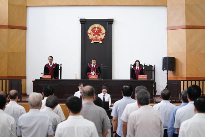 2 cựu Chủ tịch Đà Nẵng bị bắt tạm giam tại tòa - Ảnh 1.