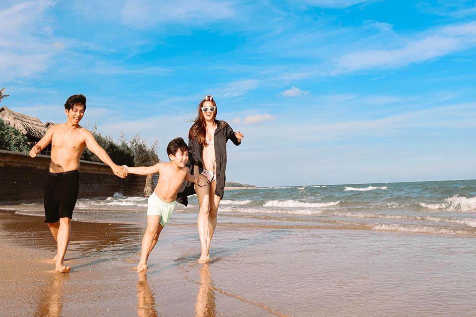 Tuổi U40, Khánh Thi vẫn mặc bikini đẹp hút mắt khiến Phan Hiển đắm đuối không rời - Ảnh 9.