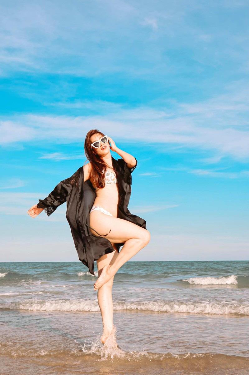 Tuổi U40, Khánh Thi vẫn mặc bikini đẹp hút mắt khiến Phan Hiển đắm đuối không rời - Ảnh 2.