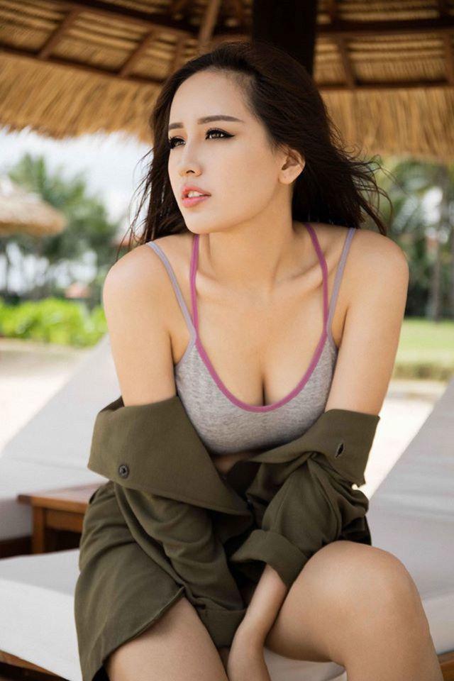 """Mai Phương Thúy hiếm hoi mặc bikini khoét sâu """"đốt mắt"""", trở lại dẫn đầu hội mỹ nhân quyến rũ - Ảnh 12."""