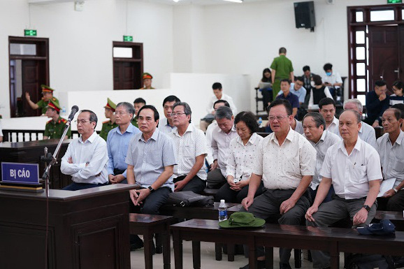 2 cựu Chủ tịch Đà Nẵng bị bắt tạm giam tại tòa - Ảnh 2.